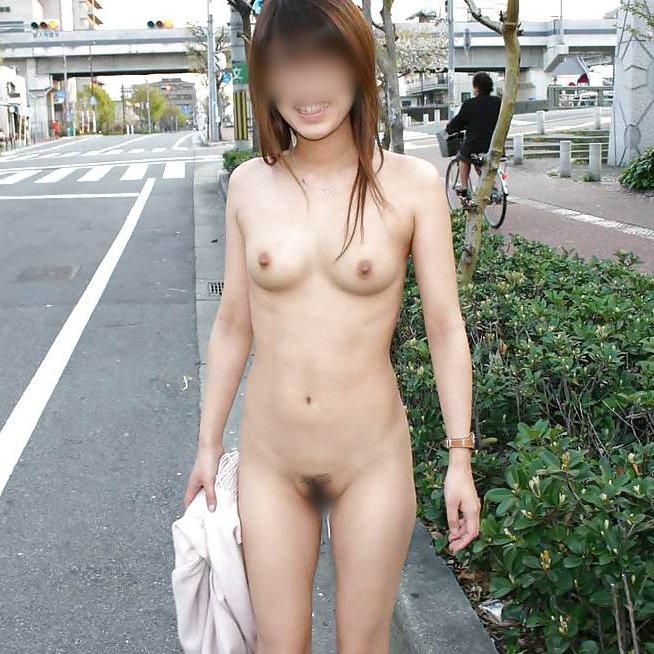 野外露出を路上で楽しむ素人女子 (1)