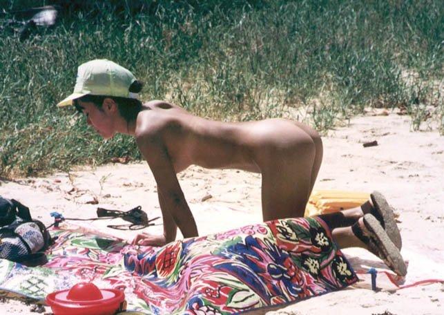 海岸で素っ裸になる素人女子 (4)