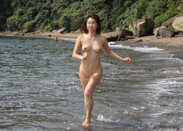 海岸で素っ裸になる素人女子 (17)