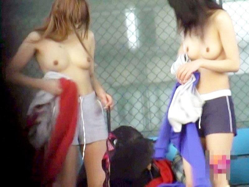野外で脱衣中の素人女子 (2)