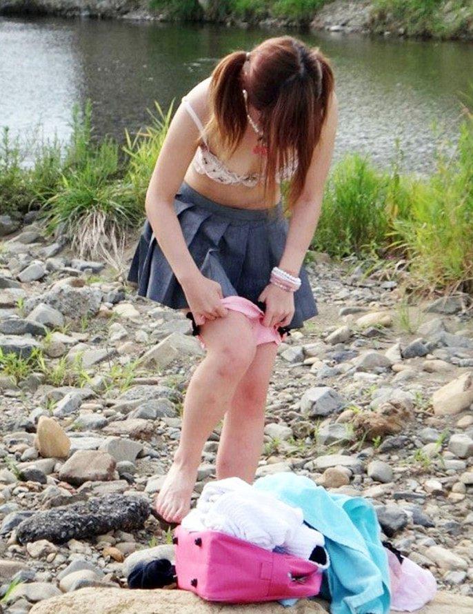 野外で脱衣中の素人女子 (17)