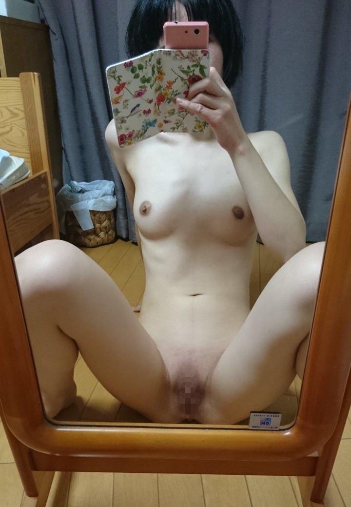 全裸姿をスマホで自撮りする素人女子 (17)