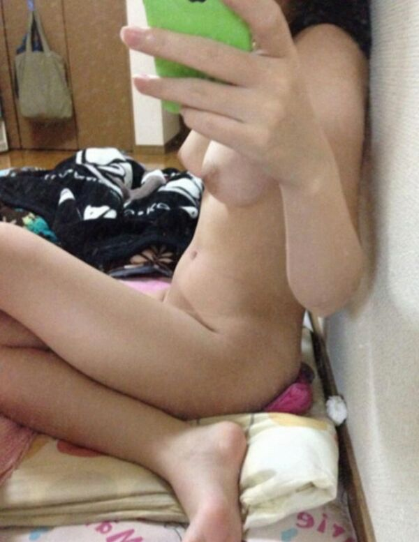 ヌードを自撮りする素人女子 (15)