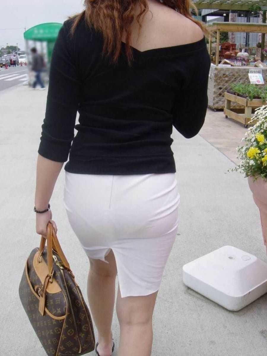 透けパンしてるタイトスカート姿の女性 (3)