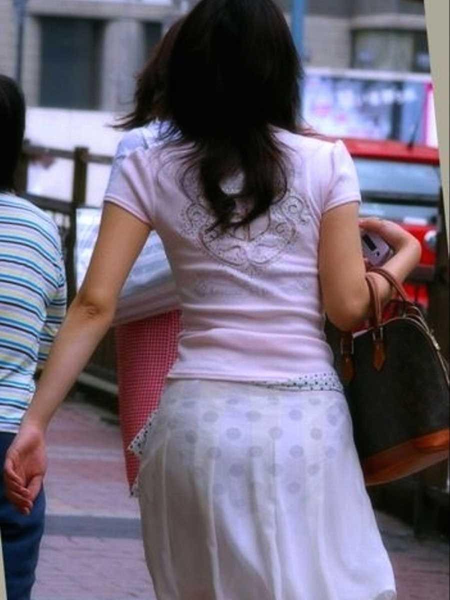 透けパンしてるタイトスカート姿の女性 (2)