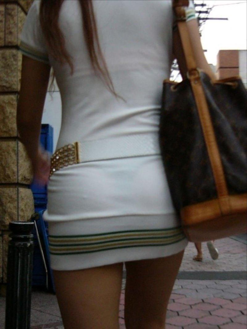 透けパンしてるタイトスカート姿の女性 (4)