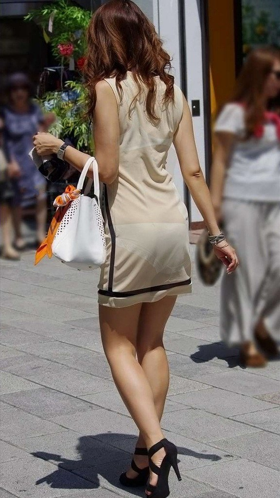 透けパンしてるタイトスカート姿の女性 (15)