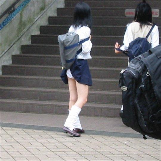 カバンでパンチラしてる素人女子 (6)