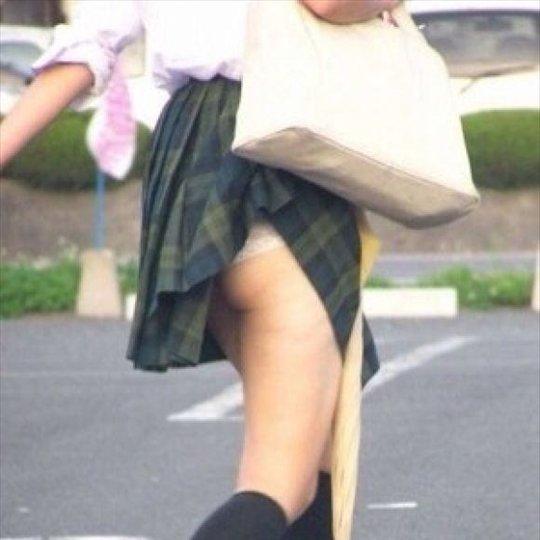 カバンでパンチラしてる素人女子 (1)