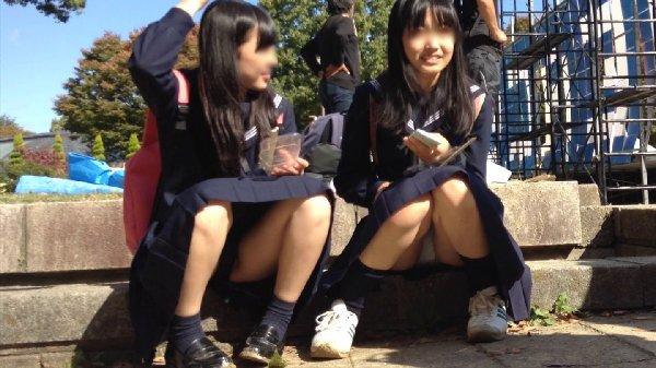 制服姿のJKが座りパンチラ (2)