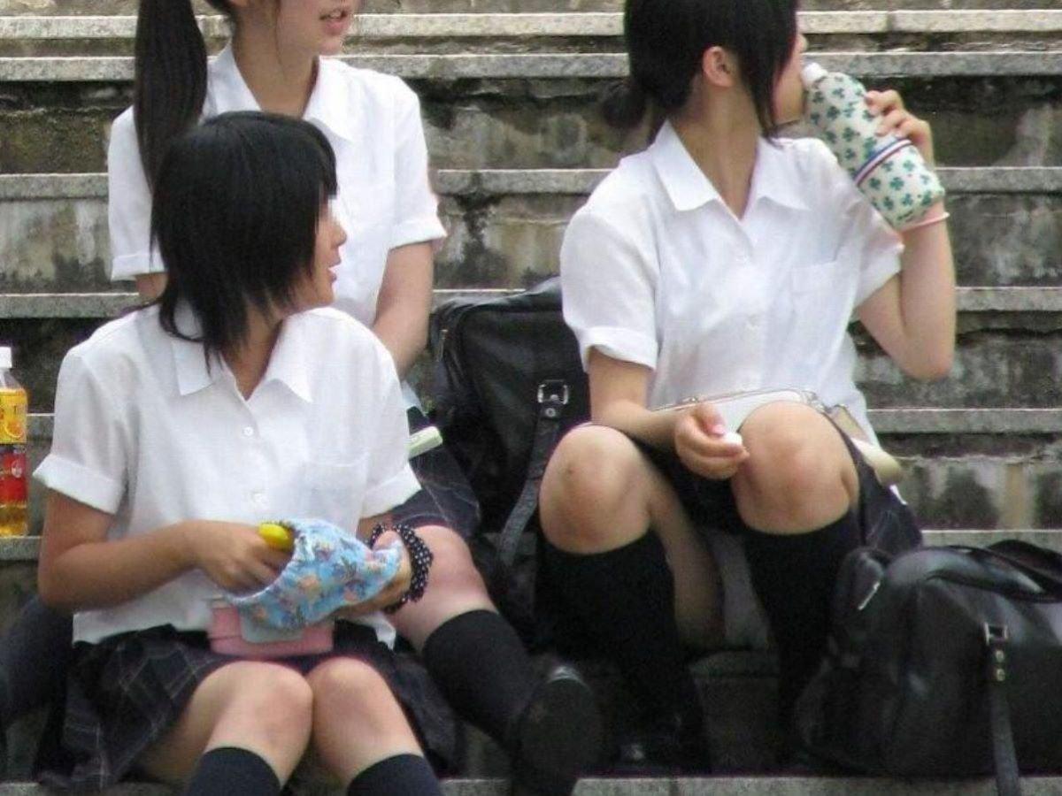 制服姿のJKが座りパンチラ (19)