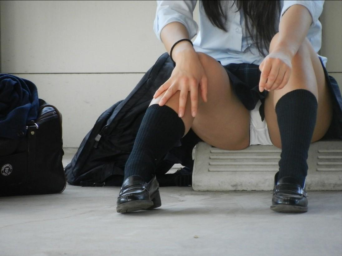制服姿のJKが座りパンチラ (14)