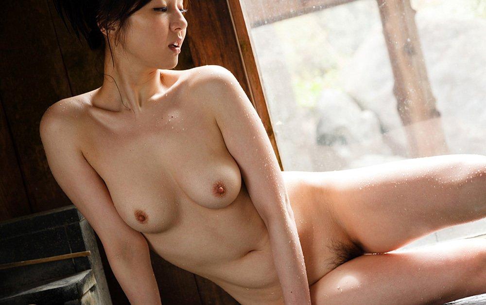 濡れた肌の全裸女性 (16)