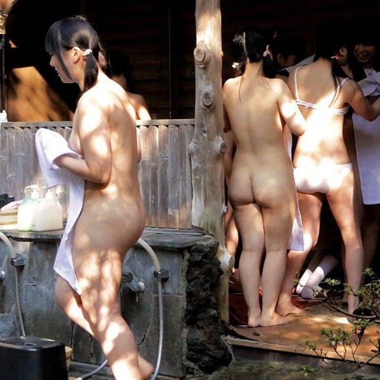素っ裸で風呂に入ってる素人女子 (1)