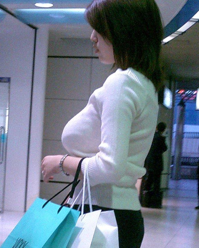 着衣状態でもハッキリ分かる巨乳 (15)