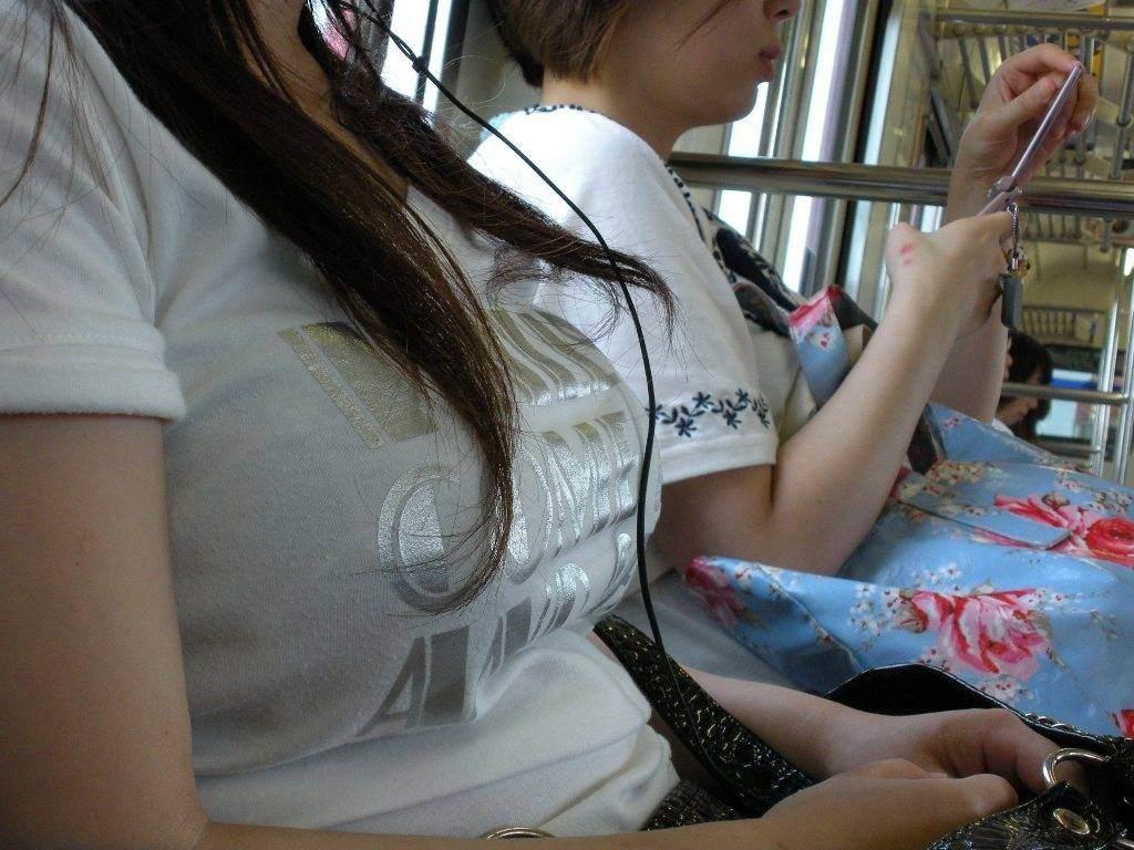 電車で見つけた着衣巨乳 (6)