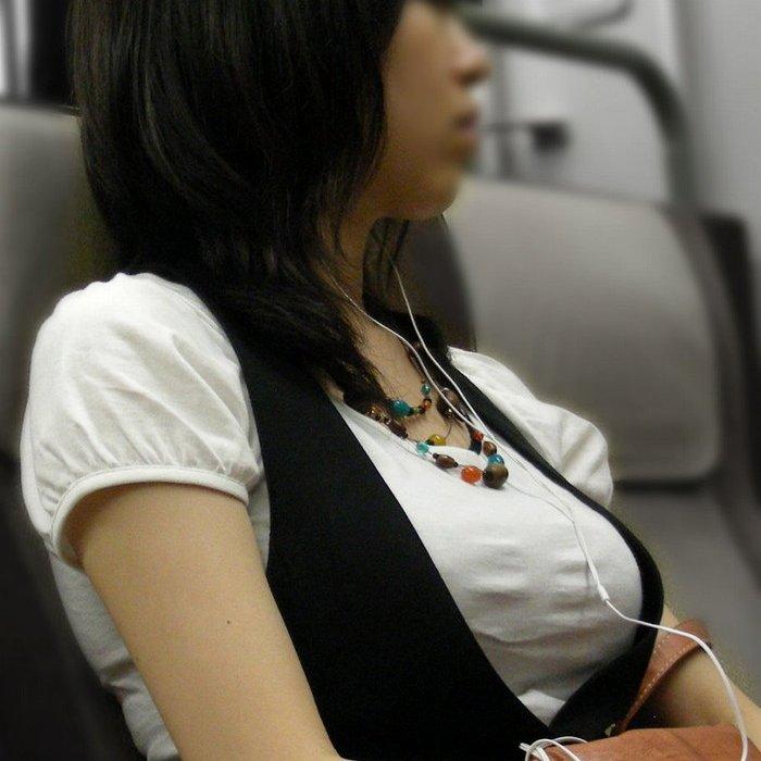 電車で見つけた着衣巨乳 (1)