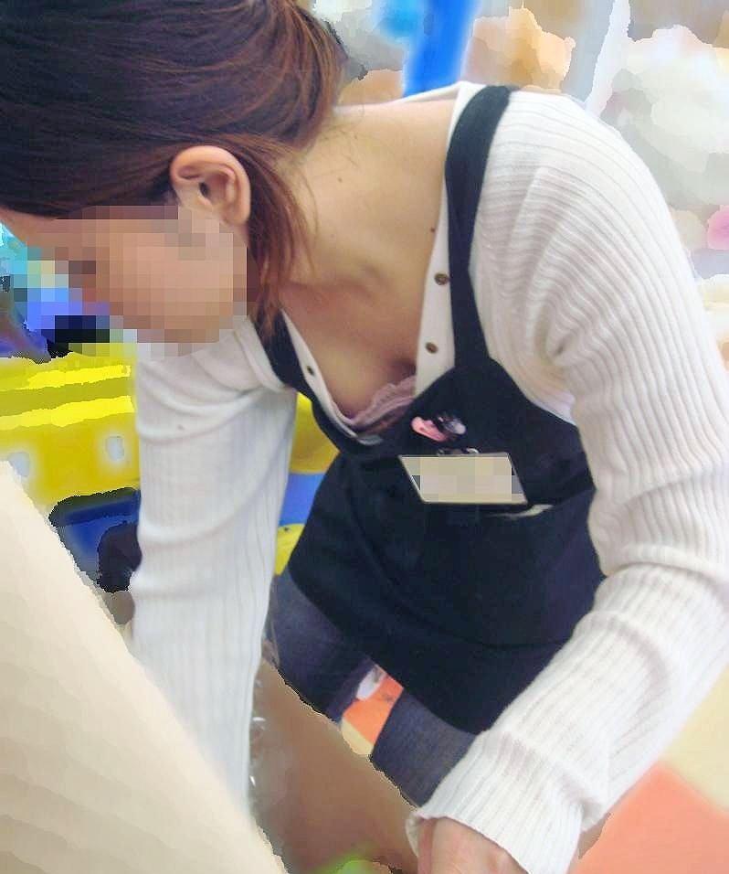 女性店員が胸チラしたハプニング (6)