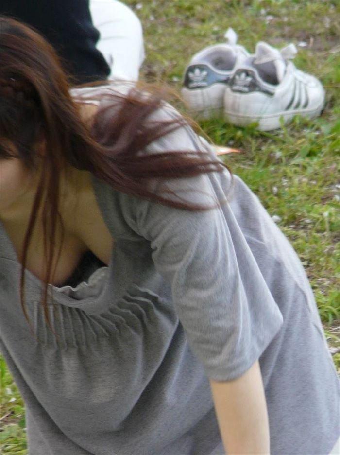 おっぱいの谷間が見えた胸チラ (16)