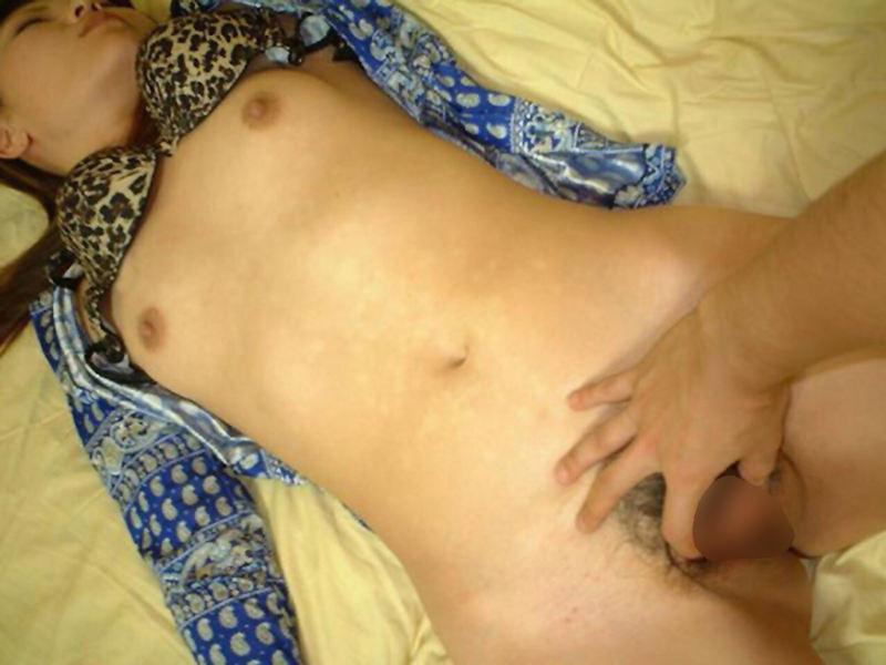 酔っ払って寝てる女性の服を脱がせてみた (17)