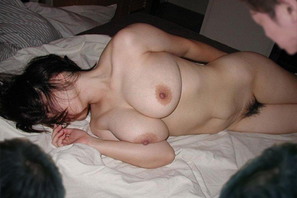 酔っ払って寝てる女性の服を脱がせてみた (6)