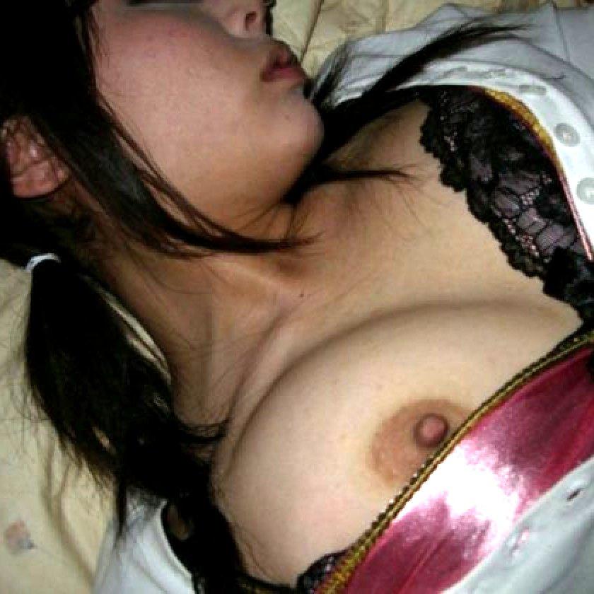 酔っ払って寝てる女性の服を脱がせてみた (1)