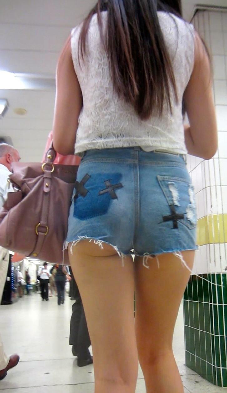ショートパンツからハミケツする素人女子 (4)