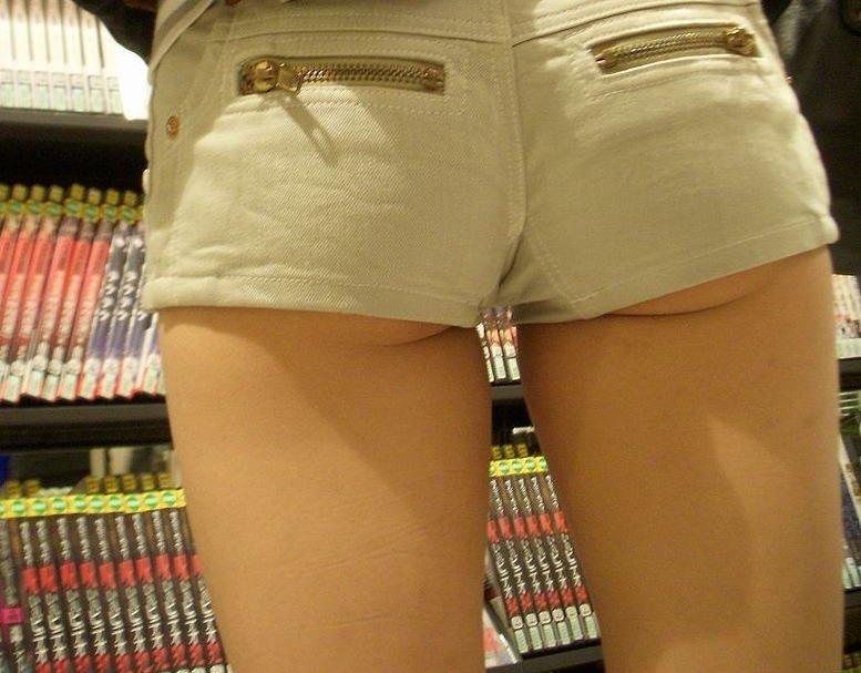 ショートパンツからハミケツする素人女子 (13)