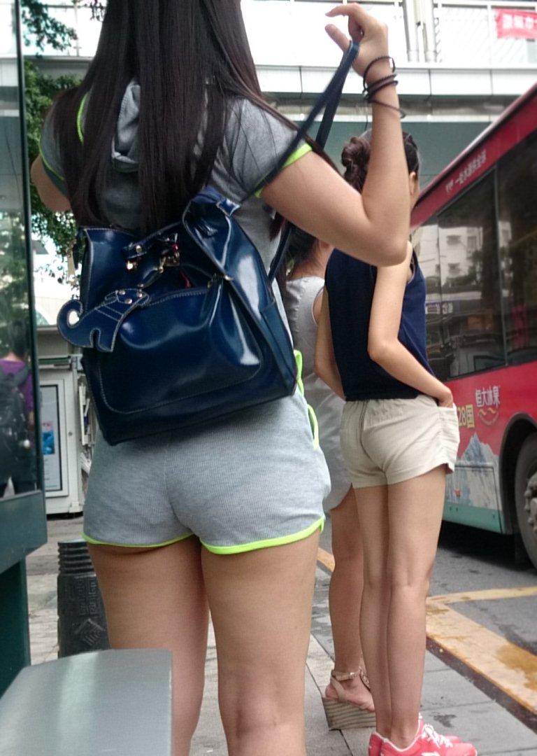 ショートパンツからハミケツする素人女子 (9)