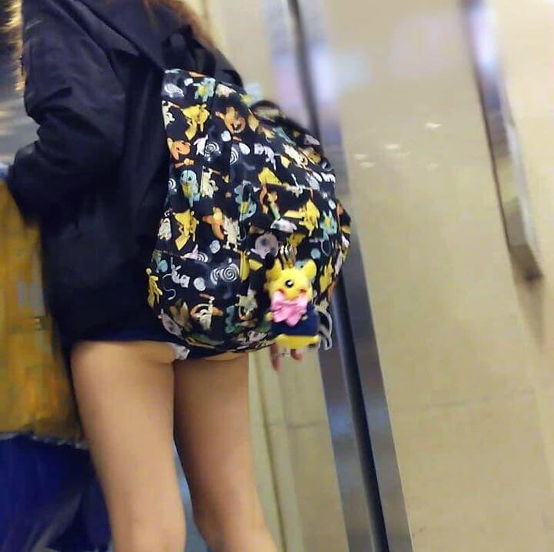 ショートパンツからパンチラしてる素人女子 (20)