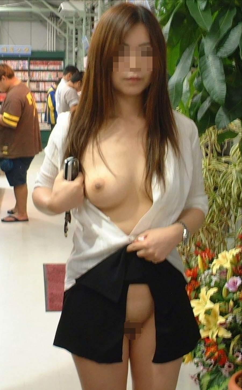お店の中で裸になる露出狂 (18)
