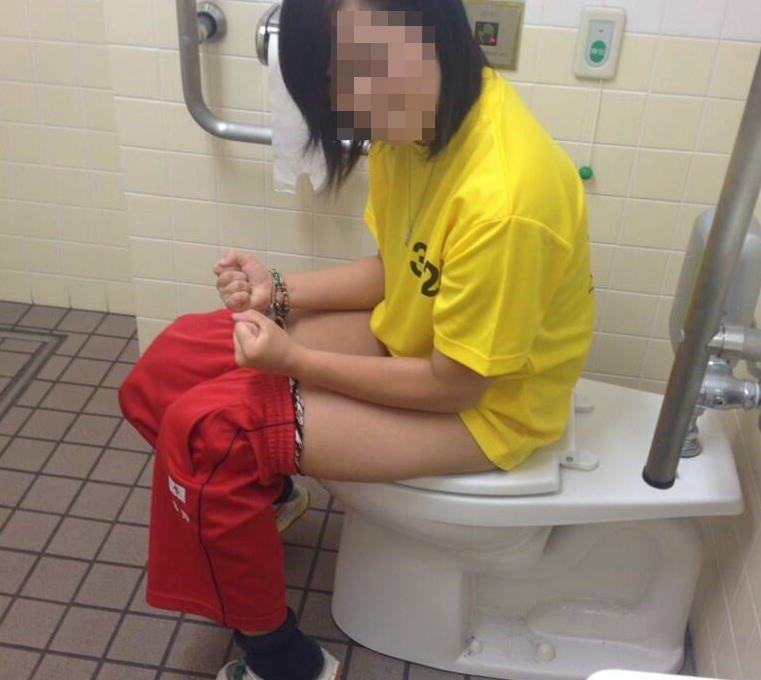 トイレのドアを開けられた素人女性の反応 (11)