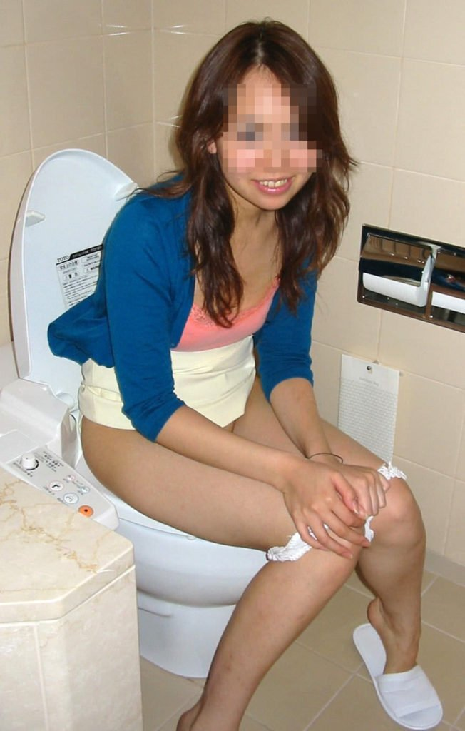 トイレのドアを開けられた素人女性の反応 (15)