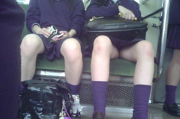 電車内で見つけたパンチラ素人女子 (11)