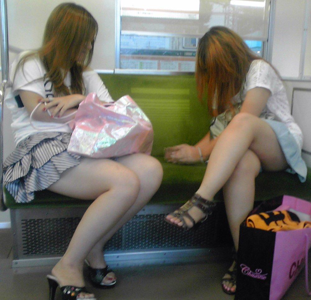 電車内で見つけたパンチラ素人女子 (4)