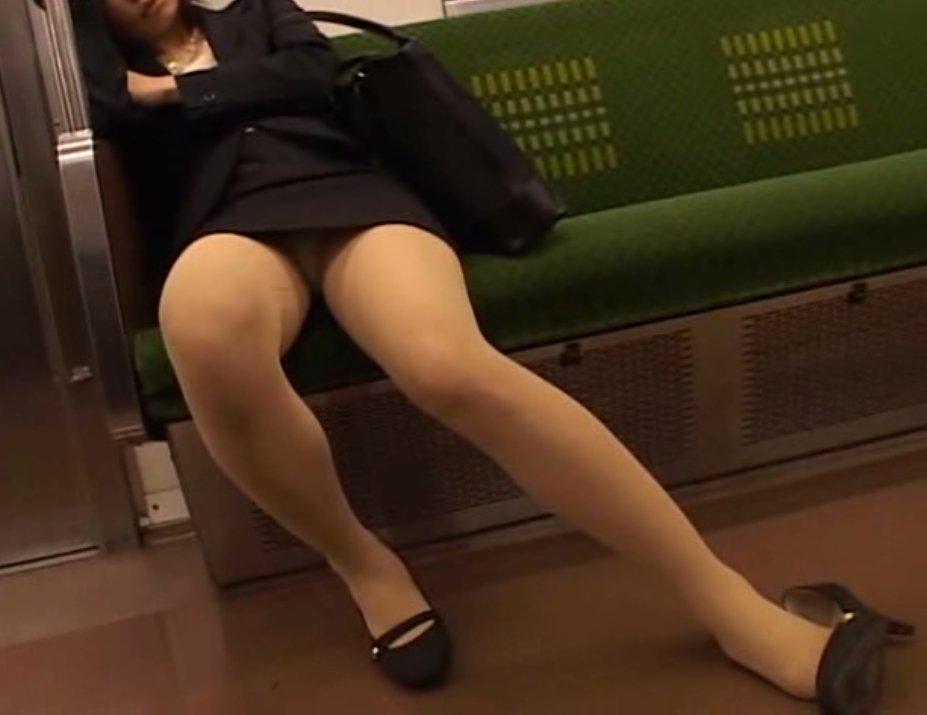 電車内で見つけたパンチラ素人女子 (16)