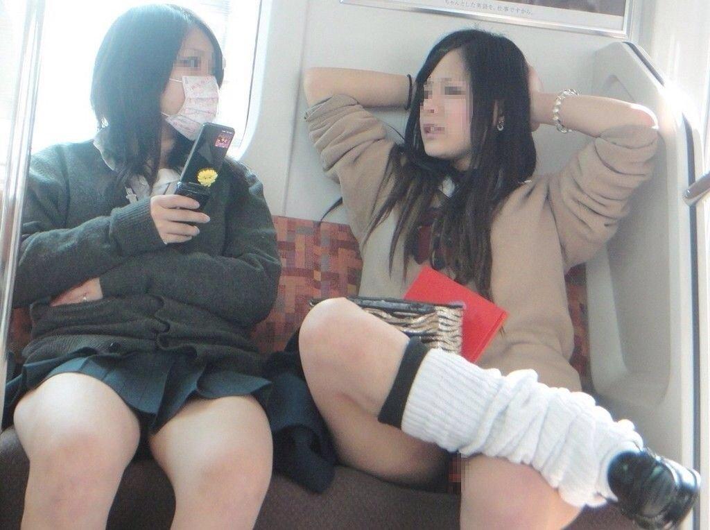 電車内で見つけたパンチラ素人女子 (18)
