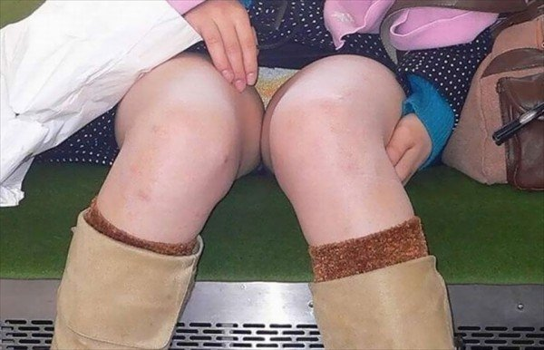 電車内で見つけたパンチラ素人女子 (7)