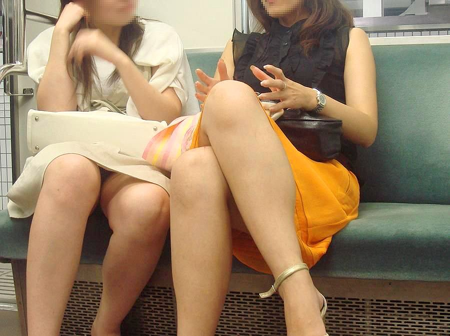 電車内で見つけたパンチラ素人女子 (5)