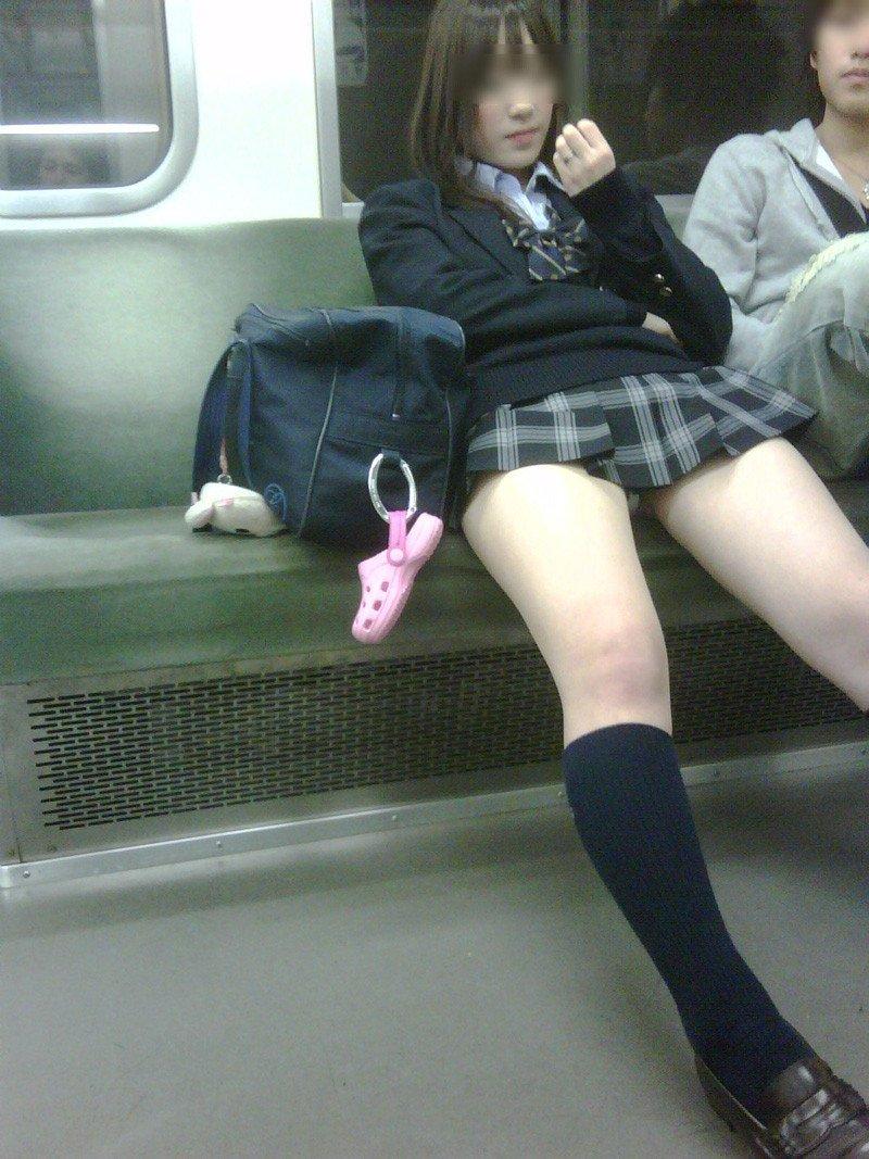 電車内で見つけたパンチラ素人女子 (17)