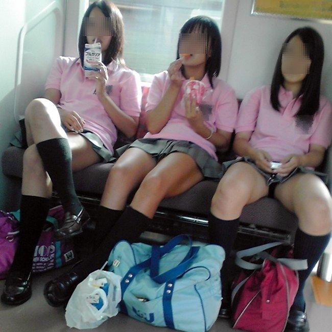 電車内で見つけたパンチラ素人女子 (1)