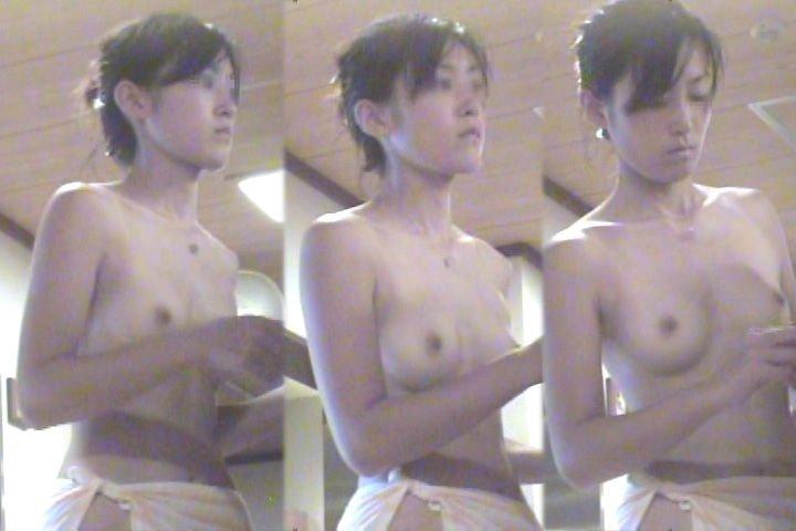 銭湯や温泉の脱衣所で裸になる素人女子 (10)