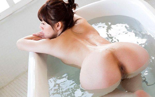 風呂から浮かび上がる濡れた生尻 (17)