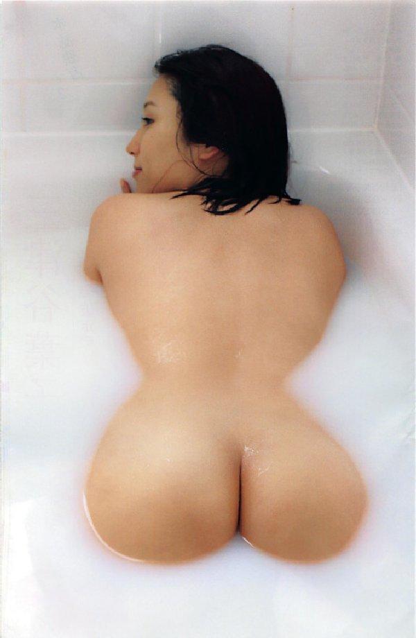 風呂から浮かび上がる濡れた生尻 (19)