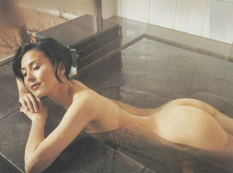 風呂から浮かび上がる濡れた生尻 (3)