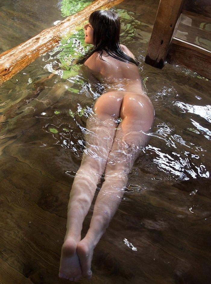 風呂から浮かび上がる濡れた生尻 (20)