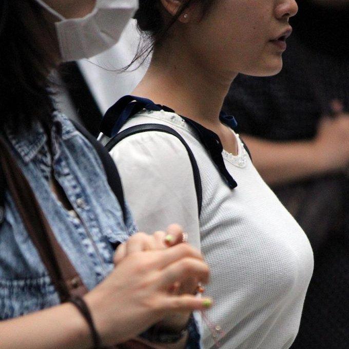 着衣巨乳が目立ちまくる素人女子 (1)