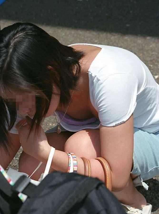 女友達の胸の谷間や乳首を撮影 (19)