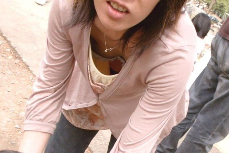 女友達の胸の谷間や乳首を撮影 (3)
