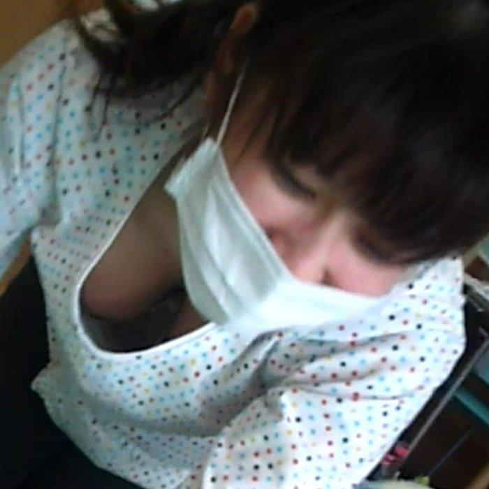 女友達の胸の谷間や乳首を撮影 (1)
